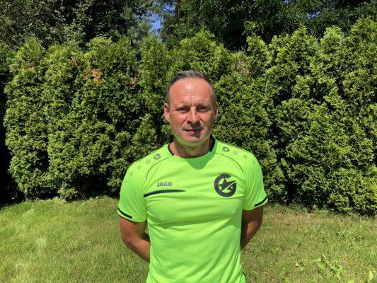 Trener UEFA B. Kilkanaście lat doświadczenia jako trener piłki nożnej. Uczestnik wielu certyfikowanych kursokonferencji z zakresu treningu piłkarskiego. Od zawsze związany z piłką nożną. Prywatnie mąż, ojciec. Uwielbia przejażdżki rowerowe.